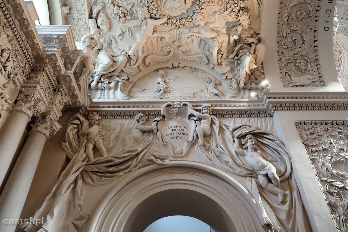 Bogato zdobione sztukateriami wnętrze kościoła św. Apostołów Piotra i Pawła w Wilnie na Antokolu.