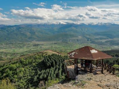 Punkt widokowy na górze Vodno nad Skopje i panorama okolicy