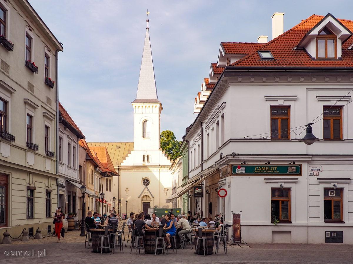 Latem życie towarzyskie przenosi się na ulice i toczy się przy takich i podobnych stolikach kawiarni, restauracji i pubów.