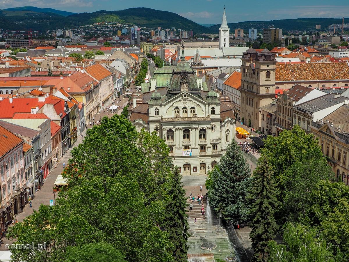 Widok z wieży kościoła św. Elżbiety na teatr i ulicę Główną