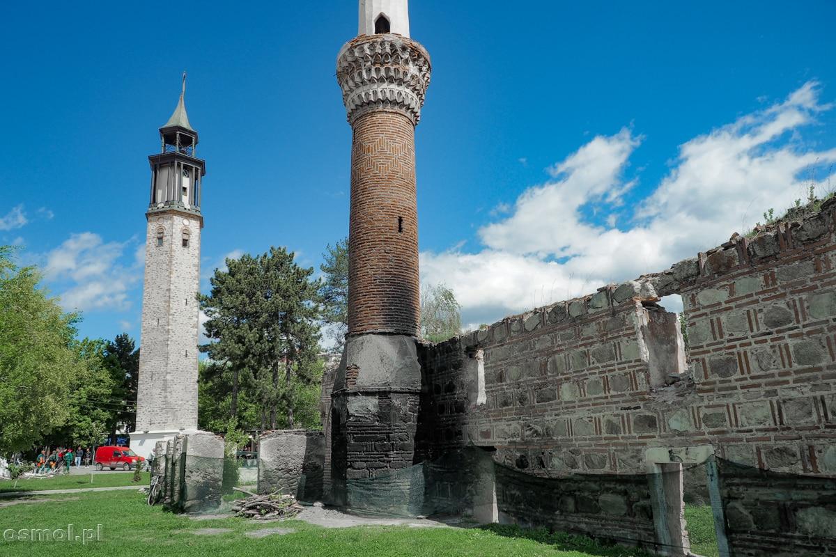 Wieża zegarowa oraz ruiny spalonego meczetu w Prilepie