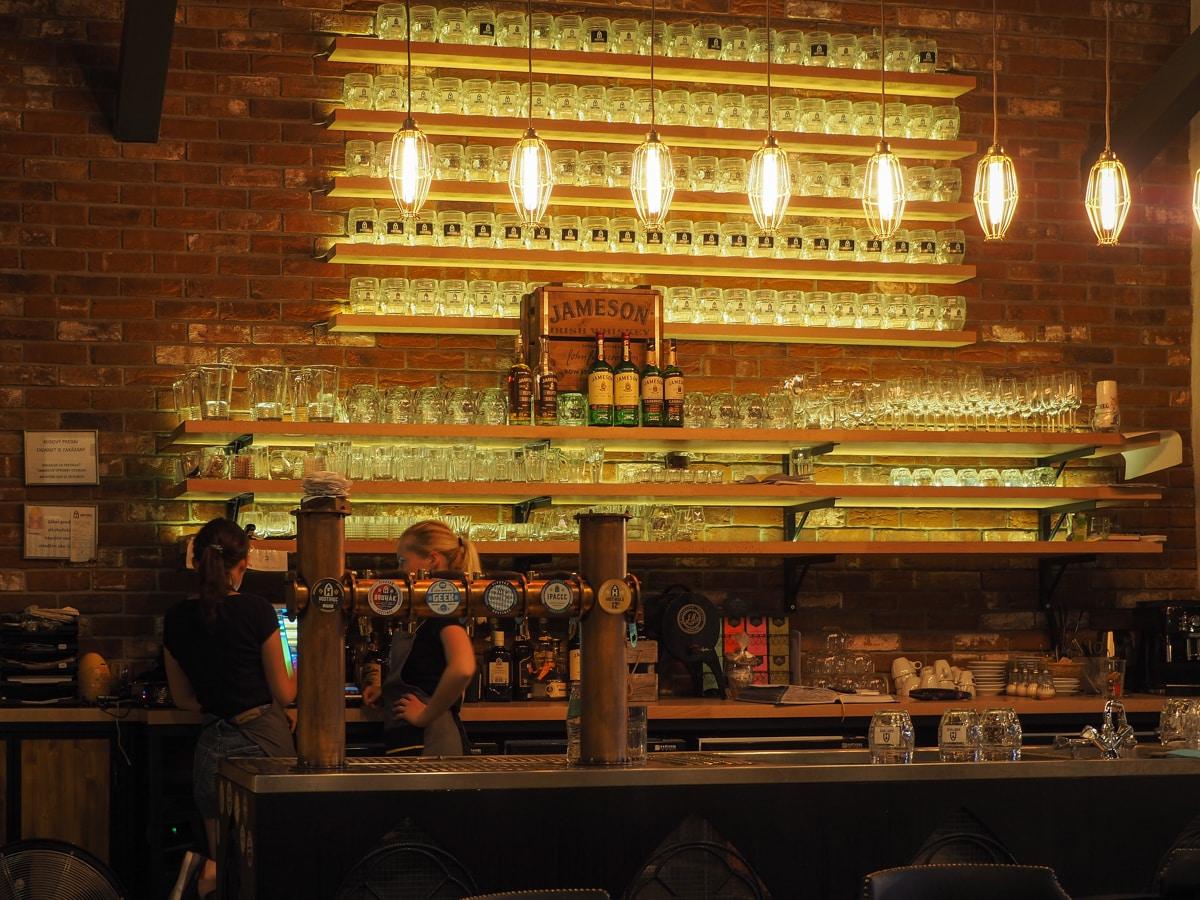 Pub i restauracja Hostinec w Koszycach. Tu w podziemiach dojrzewa warzone tuż przy klientach piwo