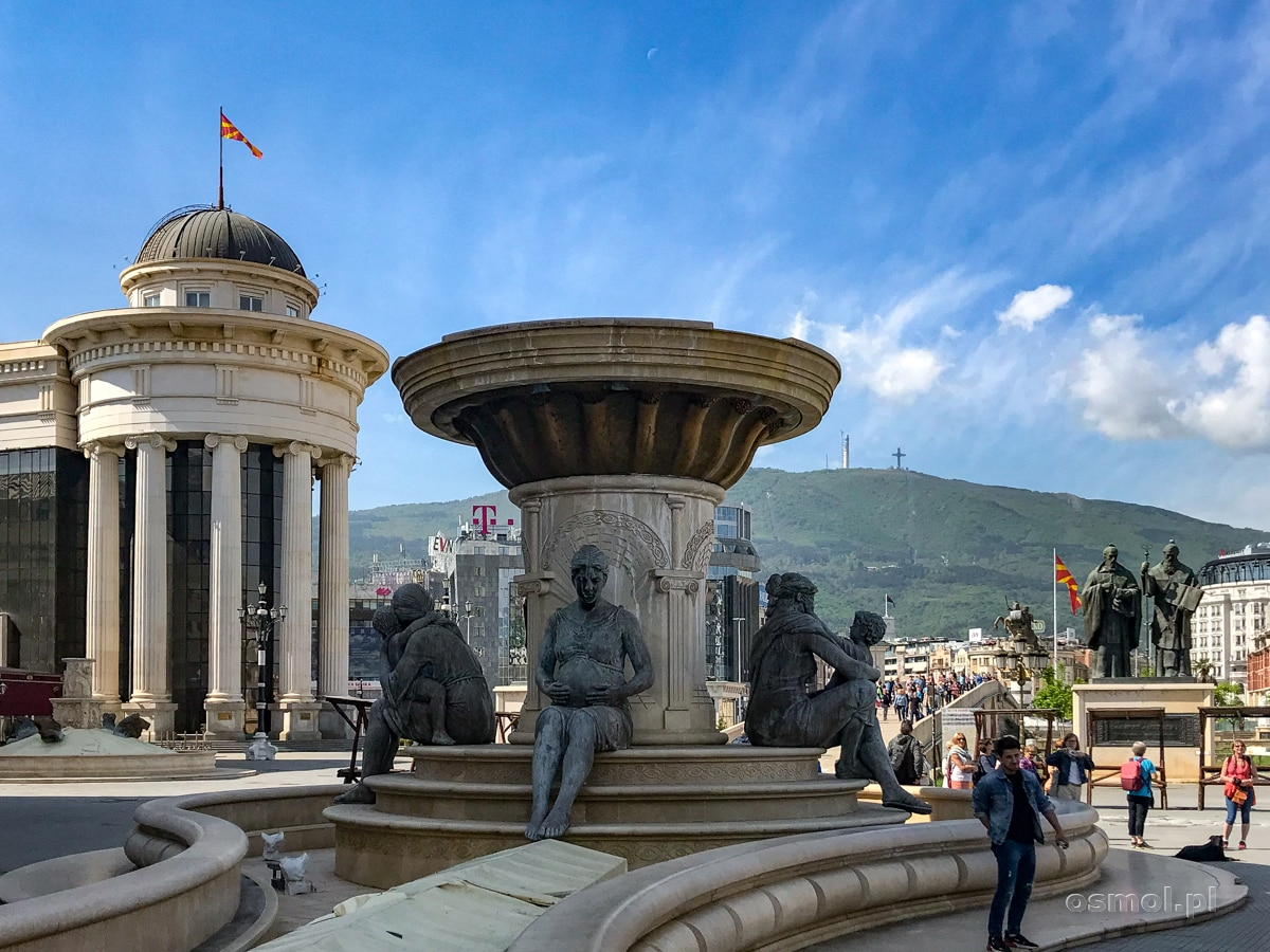 Góra Vodno widziana ze Skopje. Na pierwszym planie pomniki na drugim Krzyż Tysiąclecia na górze Vodno