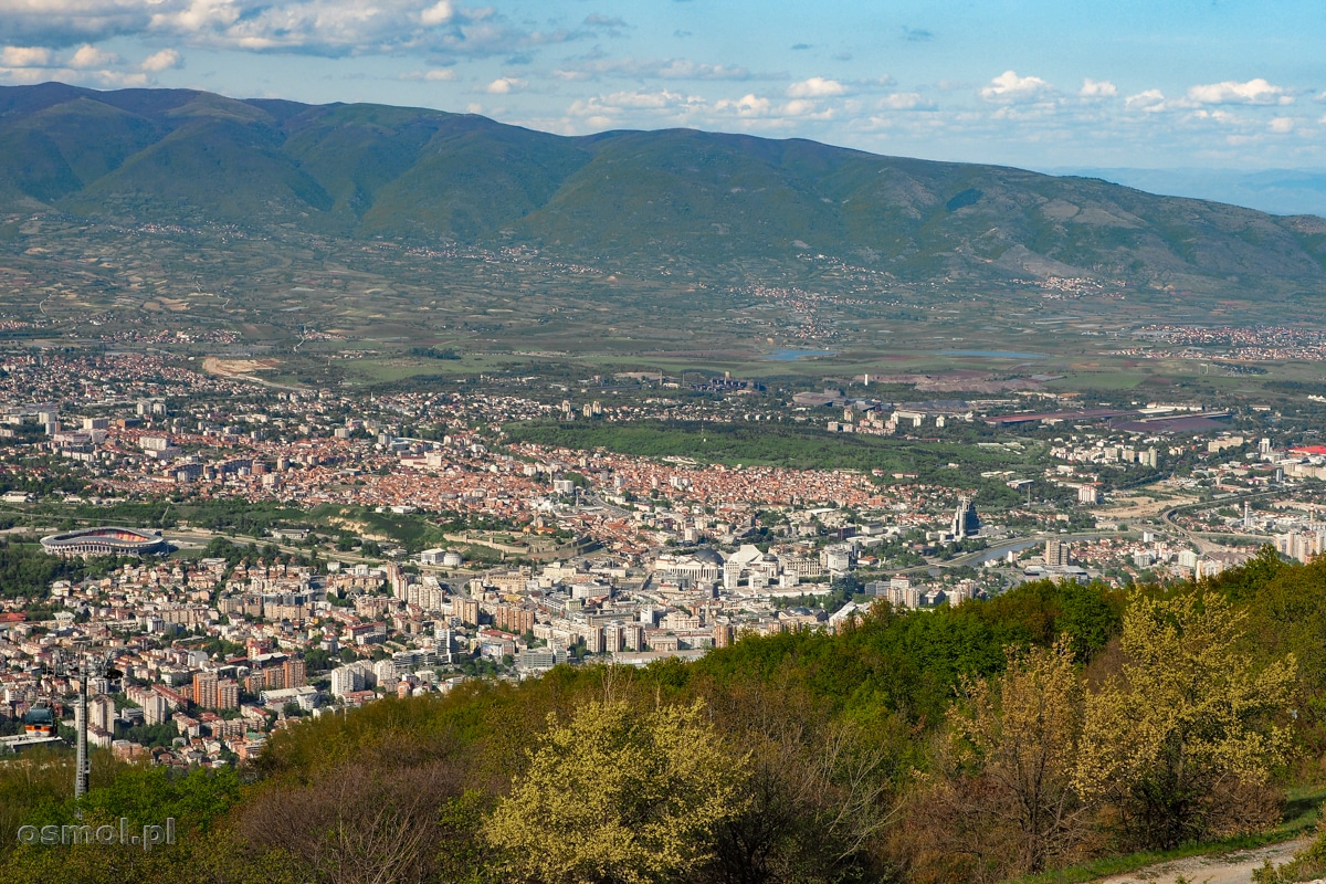 """Widok na Skopje z góry Vodno i Krzyża Milenijnego. Jak widać samo miasto pierwszej urody nie jest, ale wciąż można dostrzec tą nową część udającą """"stare miasto"""""""