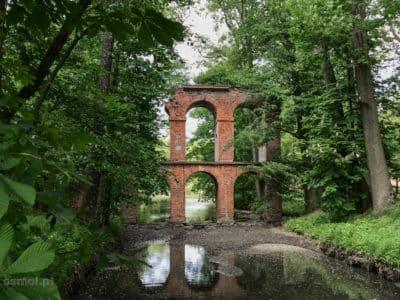 Akwedukt zbudowany w Parku Arkadia blisko Nieborowa udawał antyczne ruiny. Zniszczony na przestrzeni wieków, niedawno odbudowany znów cieszy oko turystów w parku