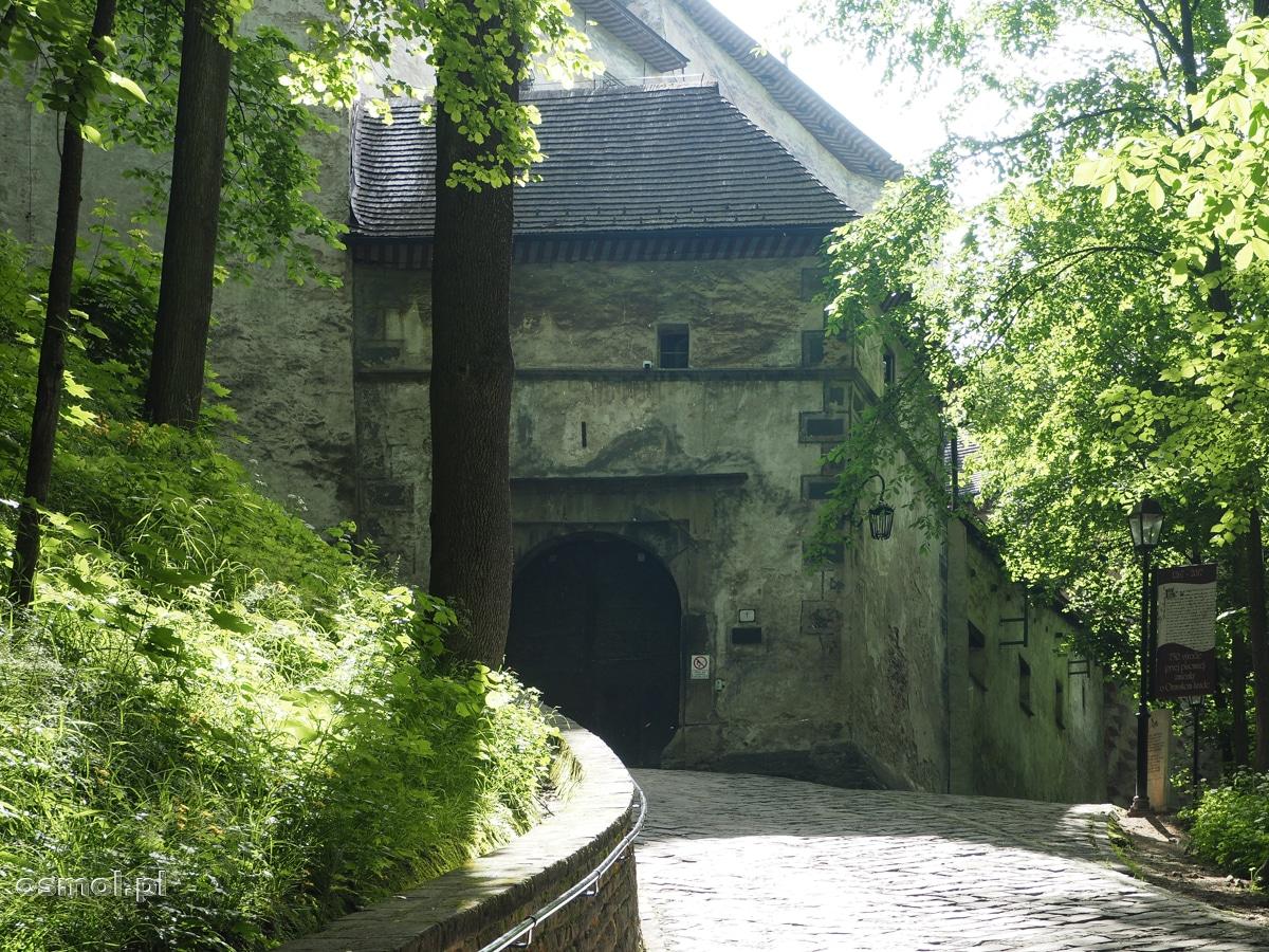 Główne wejście do zamku. Bramę otwierają przewodnicy po twierdzy