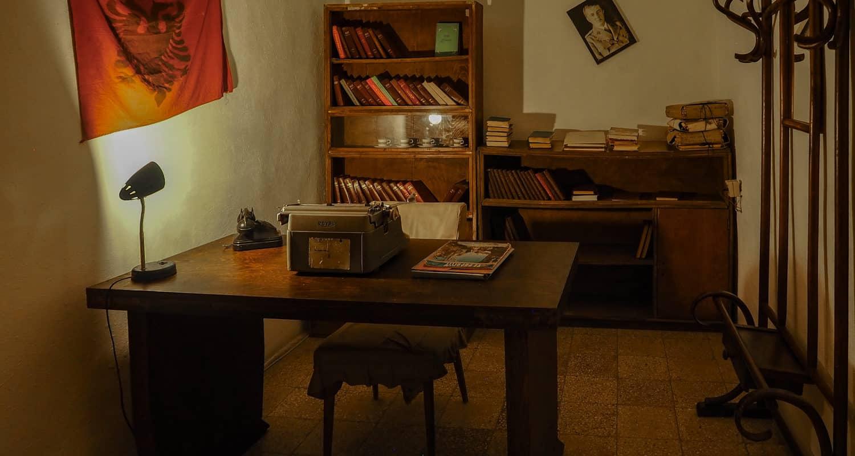 Gabinet urządzony w jednym z pokojów w bunkrze w bunkrze Bunk'Art2
