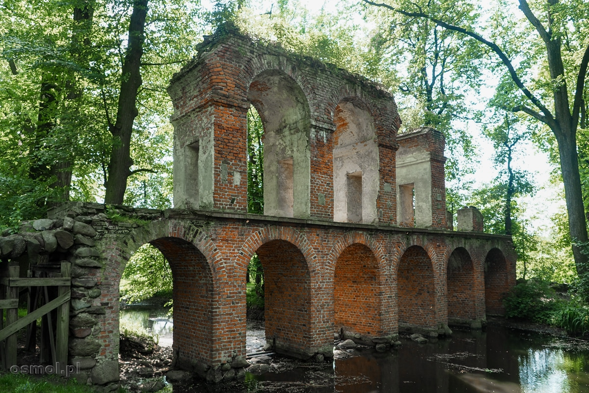 Ruiny akweduktu - instalacji przestrzennej w Arkadii Nieborowski