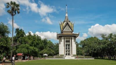 Pagoda czaszek - symbol Pól Śmierci w Phnom Penh zawiera kości
