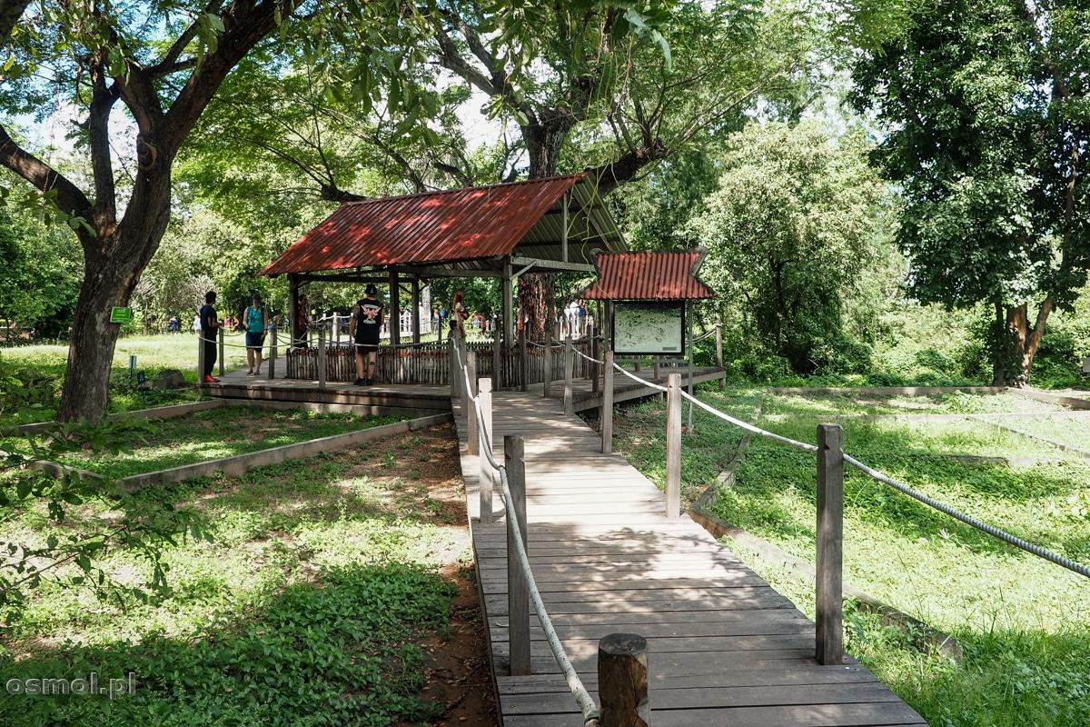 Ścieżka dla turystów wiodąca przez Pola Śmierci w Phnom Penh