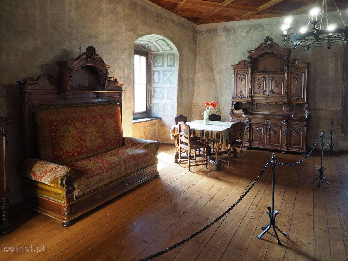 Jedna z sal prezentujących dawne wyposażenie zamku . Jak widać królowało tu drewno. Dlatego podczas pożaru w 1800 roku zamek prawie doszczętnie spłonął.