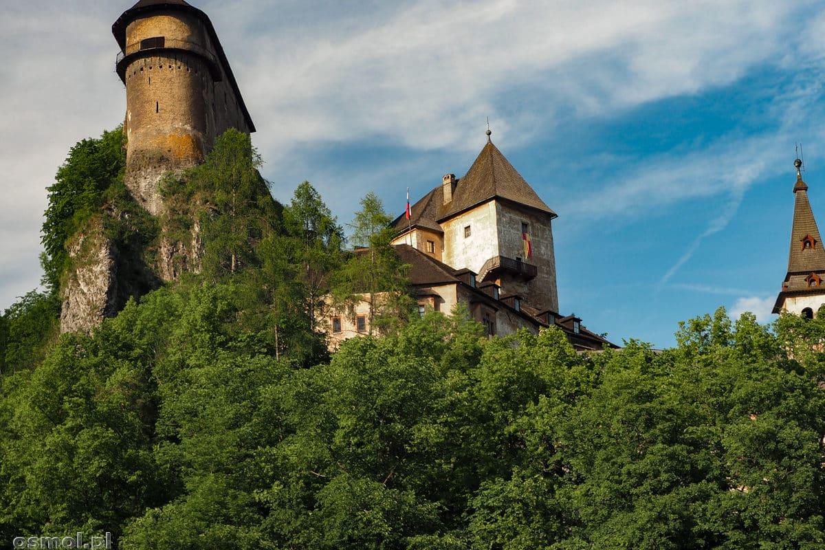 Zamek Orawski stoi na wysokiej, bo wznoszącej się 112 metrów nad poziomem rzeki skale