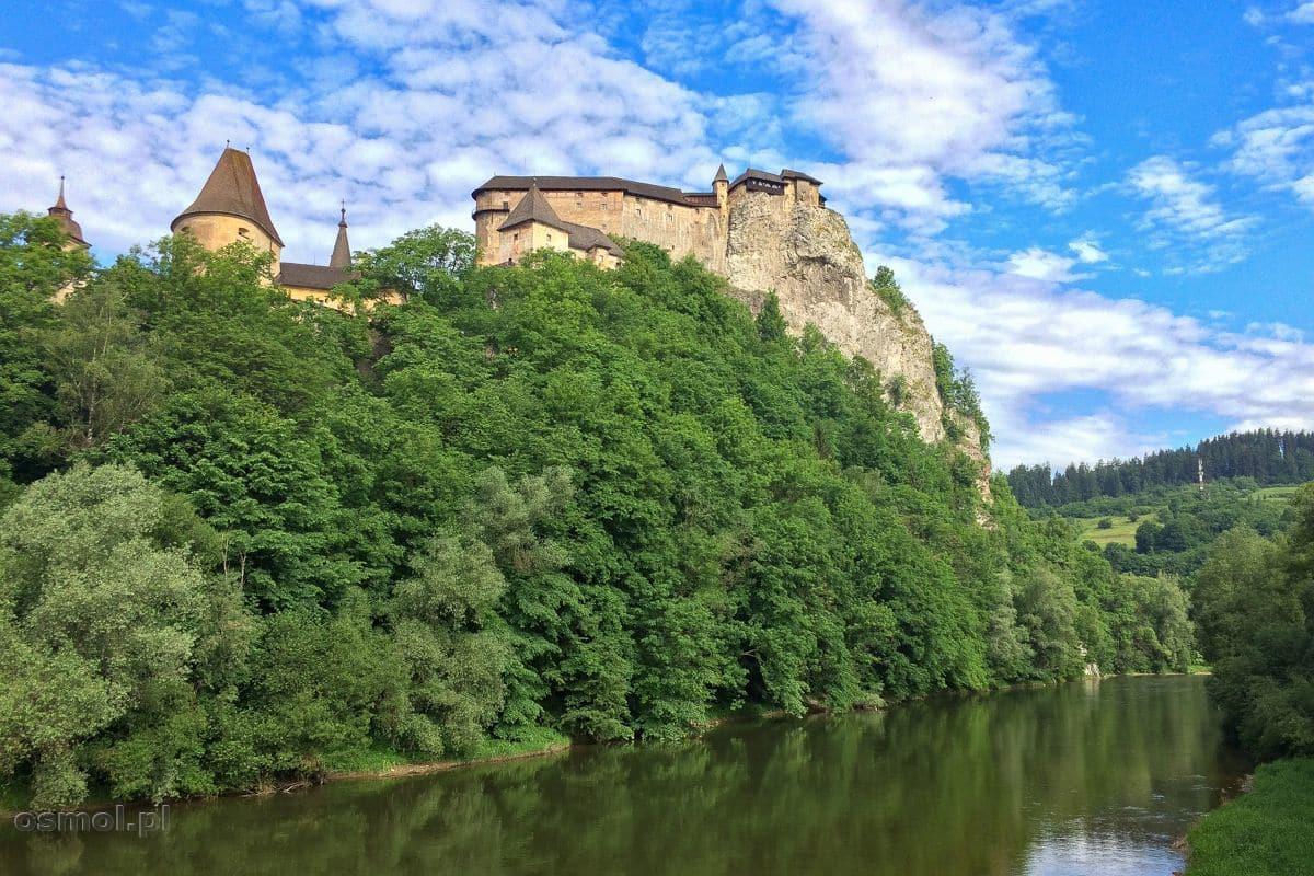 Zamek Orawski w całej okazałości najlepiej widać z mostu nad rzeką Orawa przepływającą u stóp twierdzy.