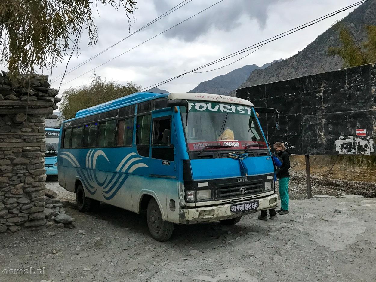 Autobus w Jomson, którym pojedziemy do Pokhary. 12 godzin niezapomnianej przygody.