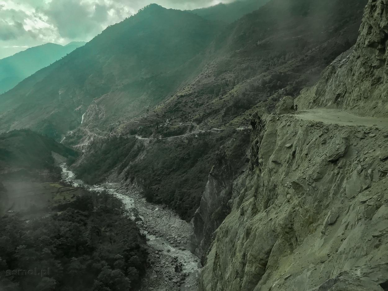 Droga nad przepaścią na trasie z Jomson do Pokhary