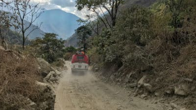 Trasa Jomson - Pokhara to 160 kilometrów, ale autobus pokonuje ją nawet w 12 godzin. Trasa wiedzie po dnach potoków i nad przepaściami