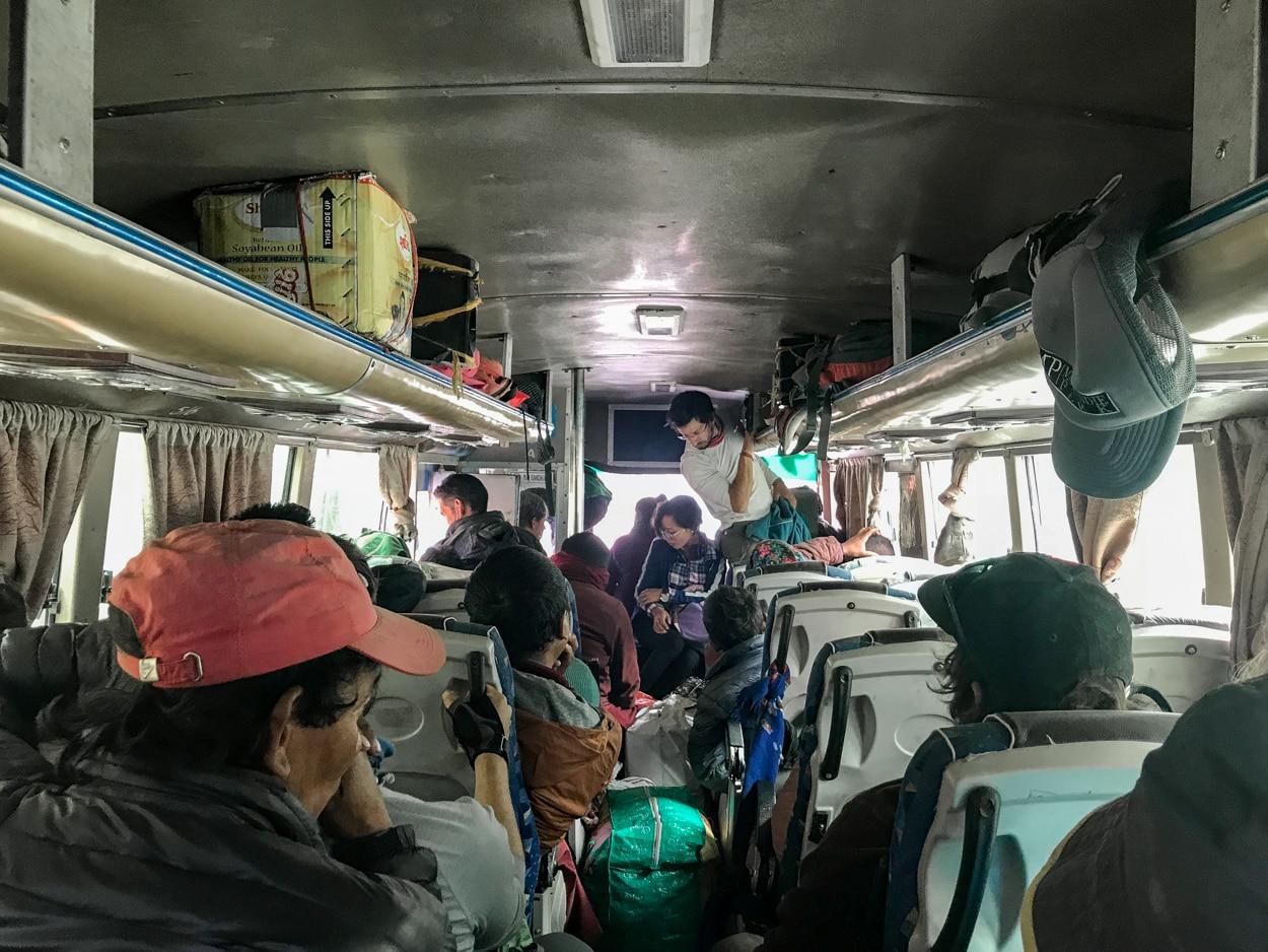 Wnętrze lokalnego autobusu jadącego z Jomson do Pokhary