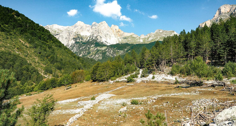 Góry Przeklęte o poranku - biel nielicznych chmur, szarość gór, błękit nieba, zieleń chmur... czego więcej potrzeba do szczęścia?