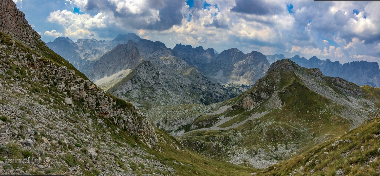 Trekking w górach Przeklętych w Albanii. Na zdjęciu szlak wiodący z Maja Rosit w kierunku Doliny Valbony
