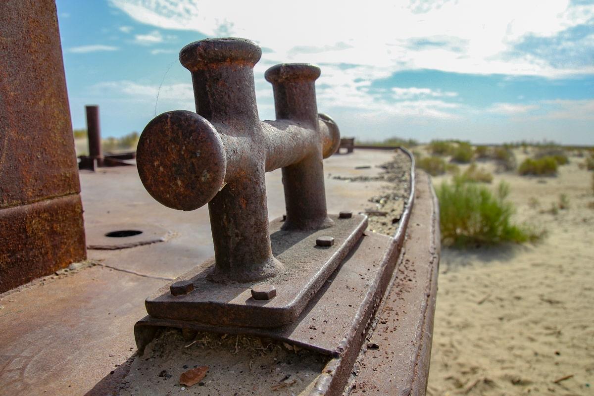 Rdza zżerająca statek w Mujnaku na dnie Jeziora Aralskiego