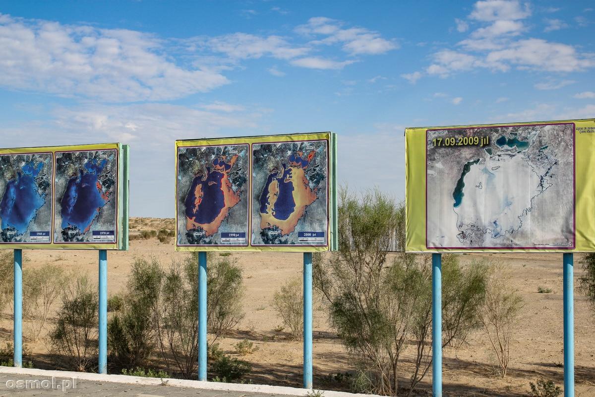 Tablice informacyjne pokazujące, jak wysychało Jezioro Aralskie