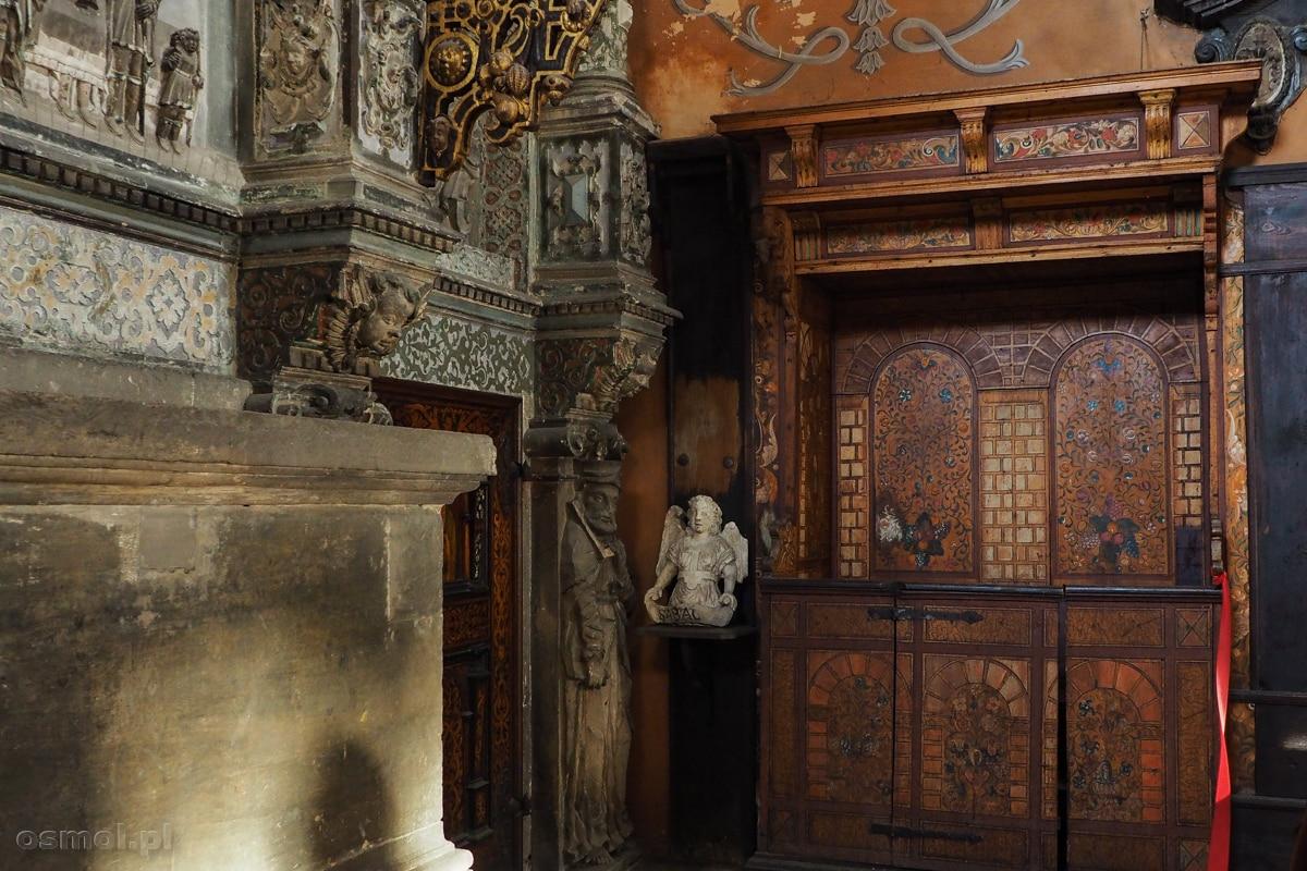 Stara ława, która przetrwała w kaplicy Boimów do naszych czasów. Na środku, po prawej stronie ław widać stiukowego aniołka, który odpadł ze sklepienia.
