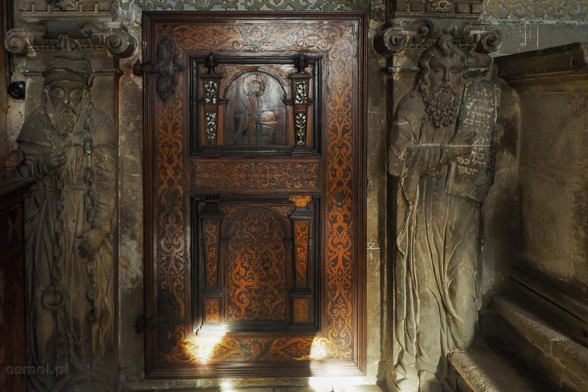 Intarsjowane drzwi w kaplicy Boimów.