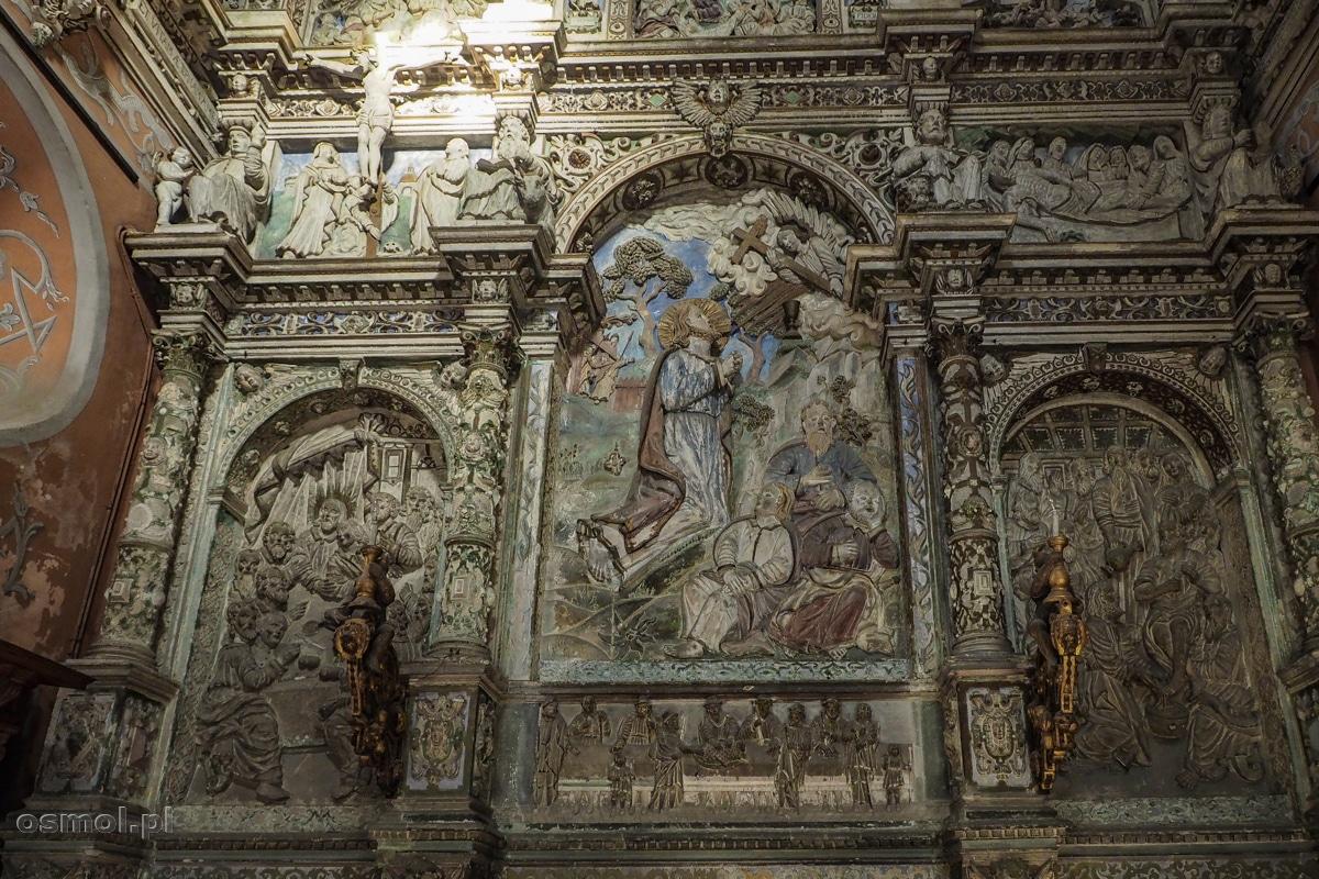 """Ołtarz w kaplicy Boimów. Na środku scena: Jezus w ogrójcu. Po lewej """"Ostatnia wieczerza"""", a po prawo Jezus umywa stopy."""