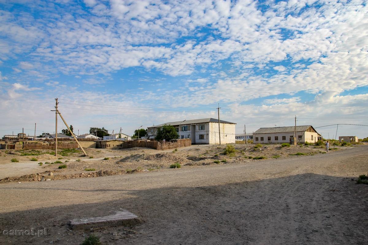 Mujniak w Uzbekistanie. Zabudowania tuż obok dawnego Jeziora Aralskiego