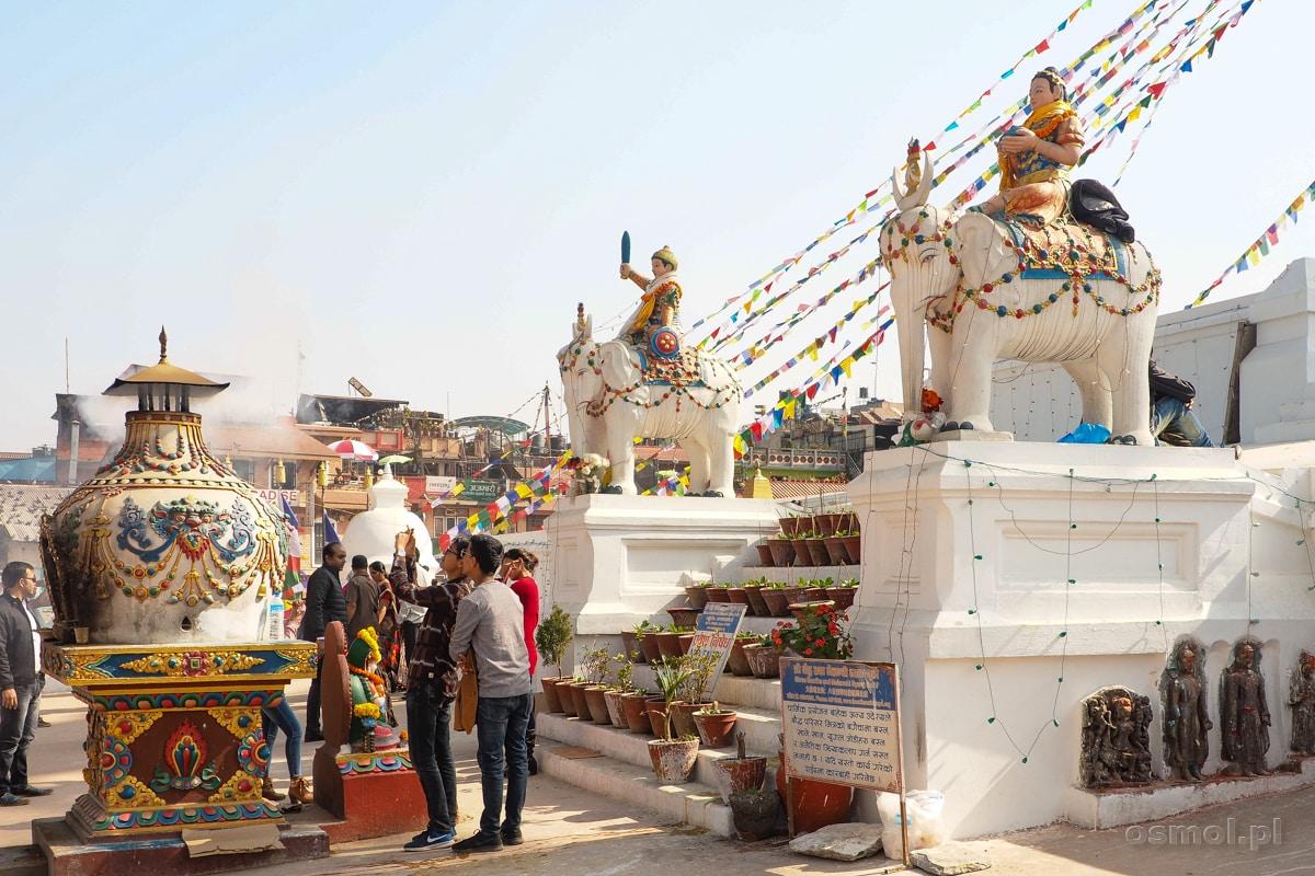 Turyści i wierzący przy Stupie Bodnath w Kathmandu