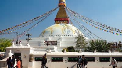 Stupa Bodnath. W murze na pierwszym planie widzimy młynki modlitewne. (Te za zielonymi firankami