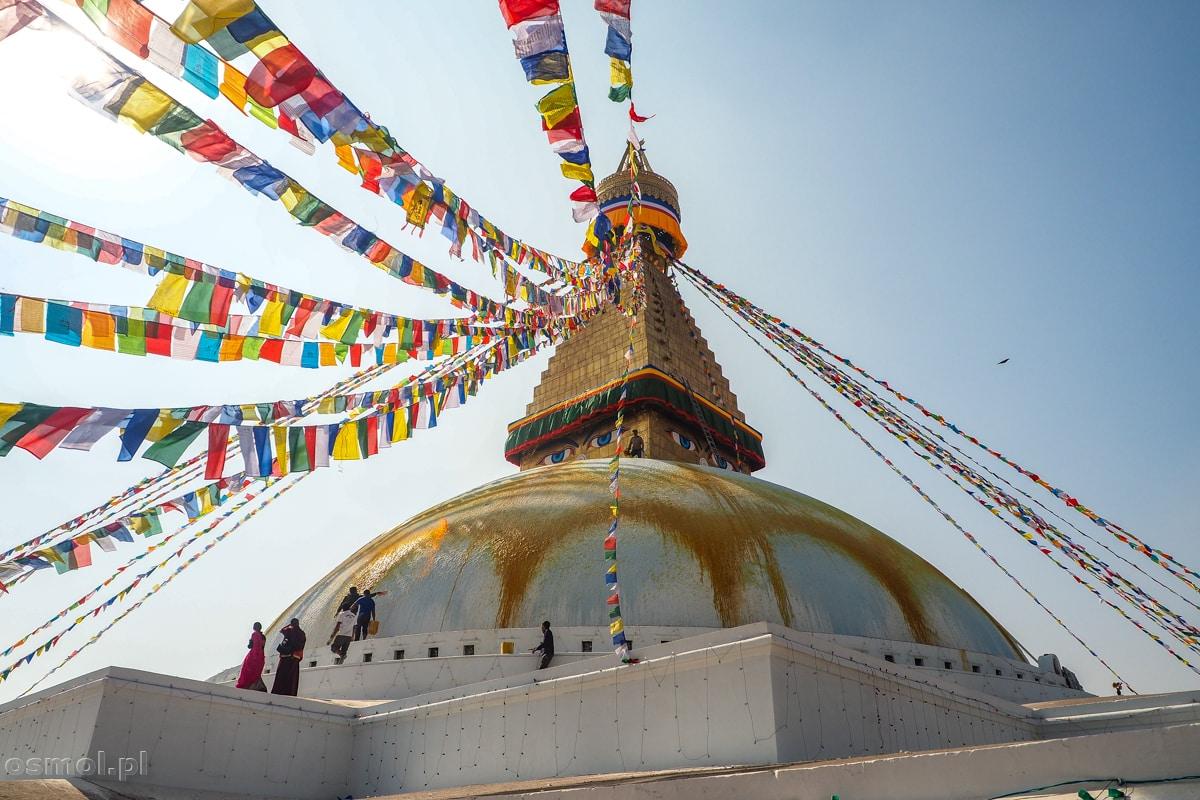 Stupa Bodnath i otaczające ją flagi modlitewne