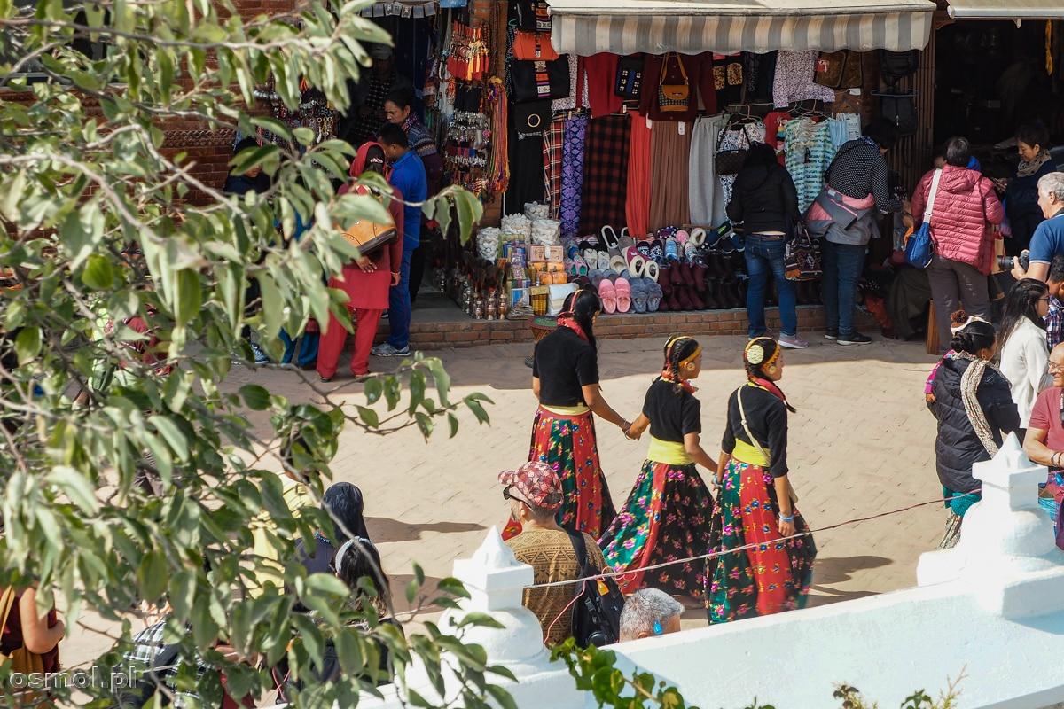 Dziewczyny w tybetańskich strojach obok stupy Bodnath