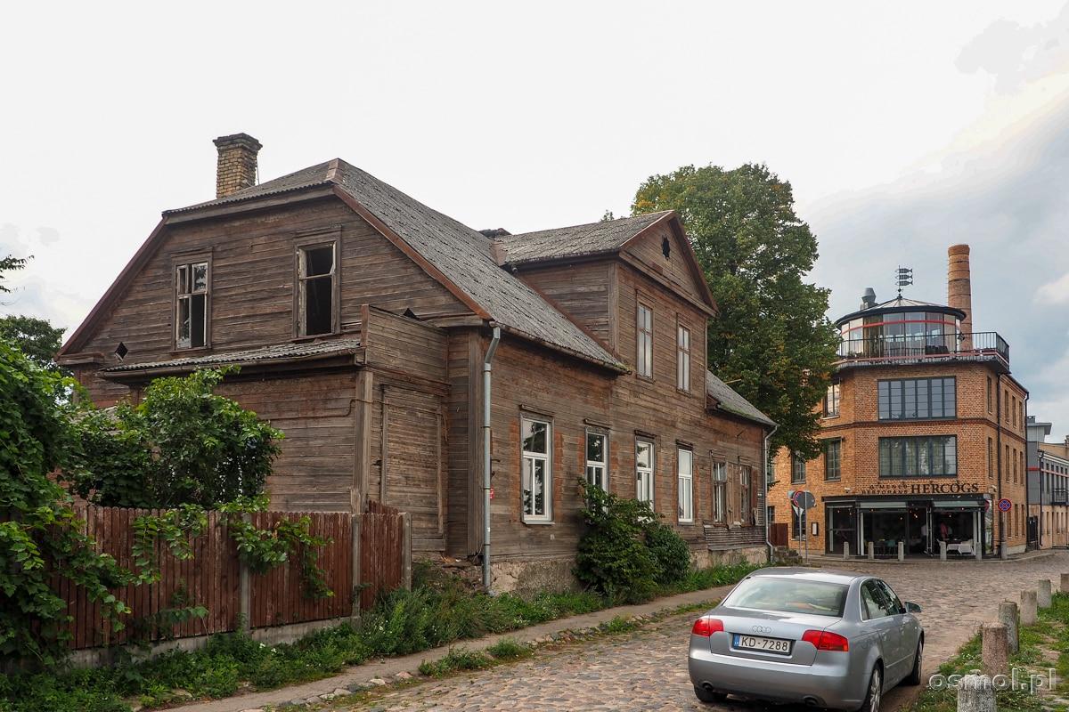 Niestety nie wszystkie drewniane budynki na Kipsali są w dobrym stanie. Ten wybitnie wymaga natychmiastowego remontu.
