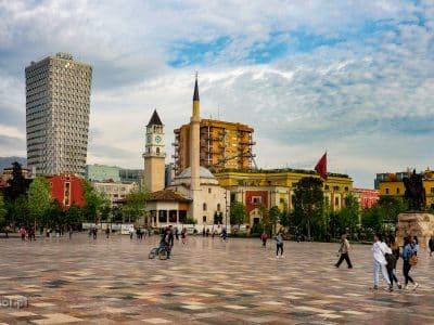 Plac Skanderbega w Tiranie przeszedł sporą zmianę, wyrzucono z niego ruch samochodowy i został w całości oddany pieszym.