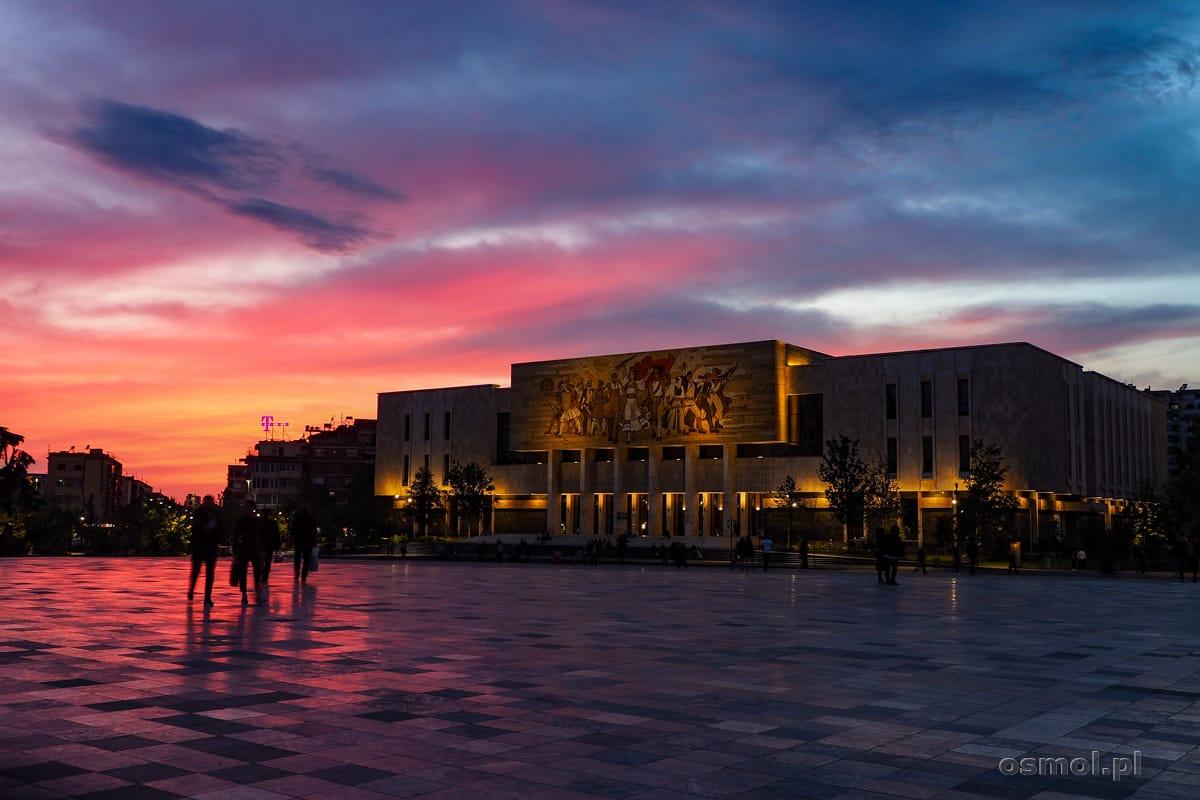 Plac Skanderbega w Tiranie wieczorem