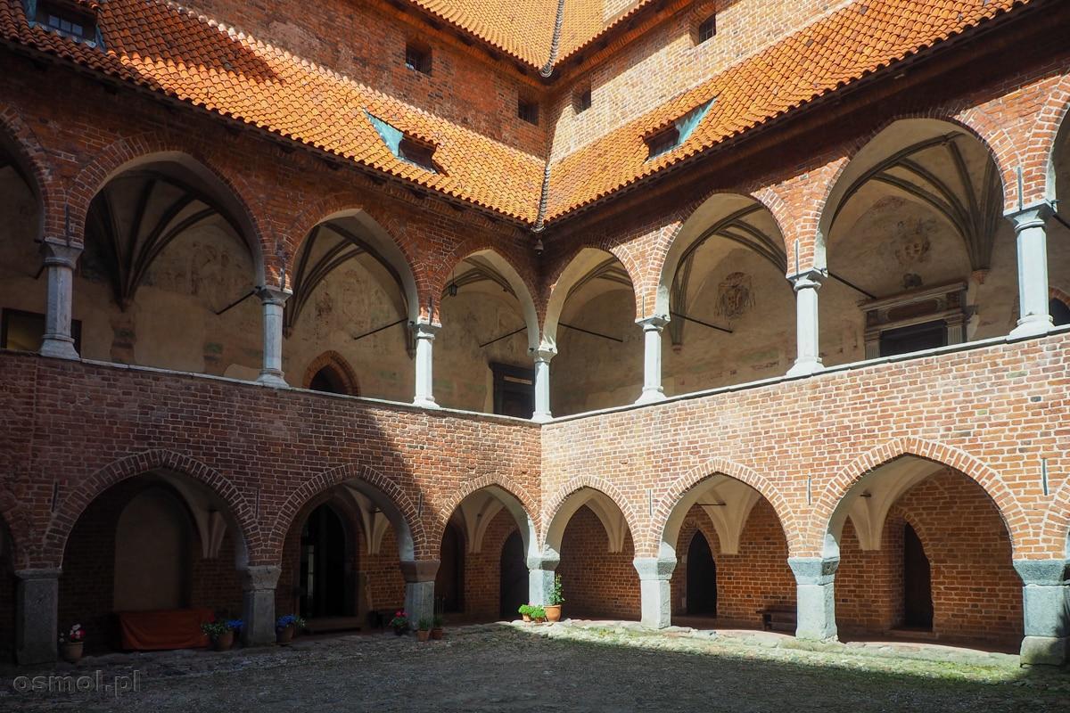Ozdobne krużganki zamku biskupów warmińskich przypominają te z krakowskiego Wawelu