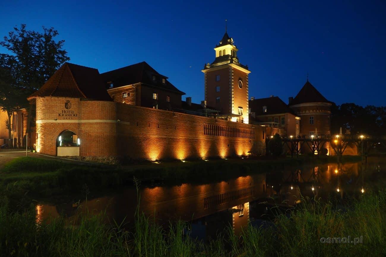 Zamek biskupów warmińskich nocą. Na zdjęciu część, w której mieści się hotel Krasicki