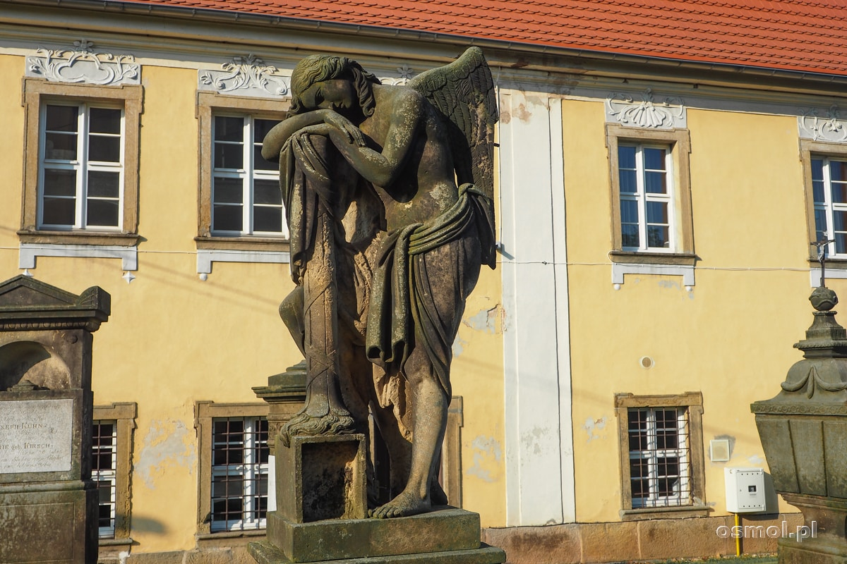 Rzeźba na przykościelnym starym cmentarzu w Chełmsku Śląskim