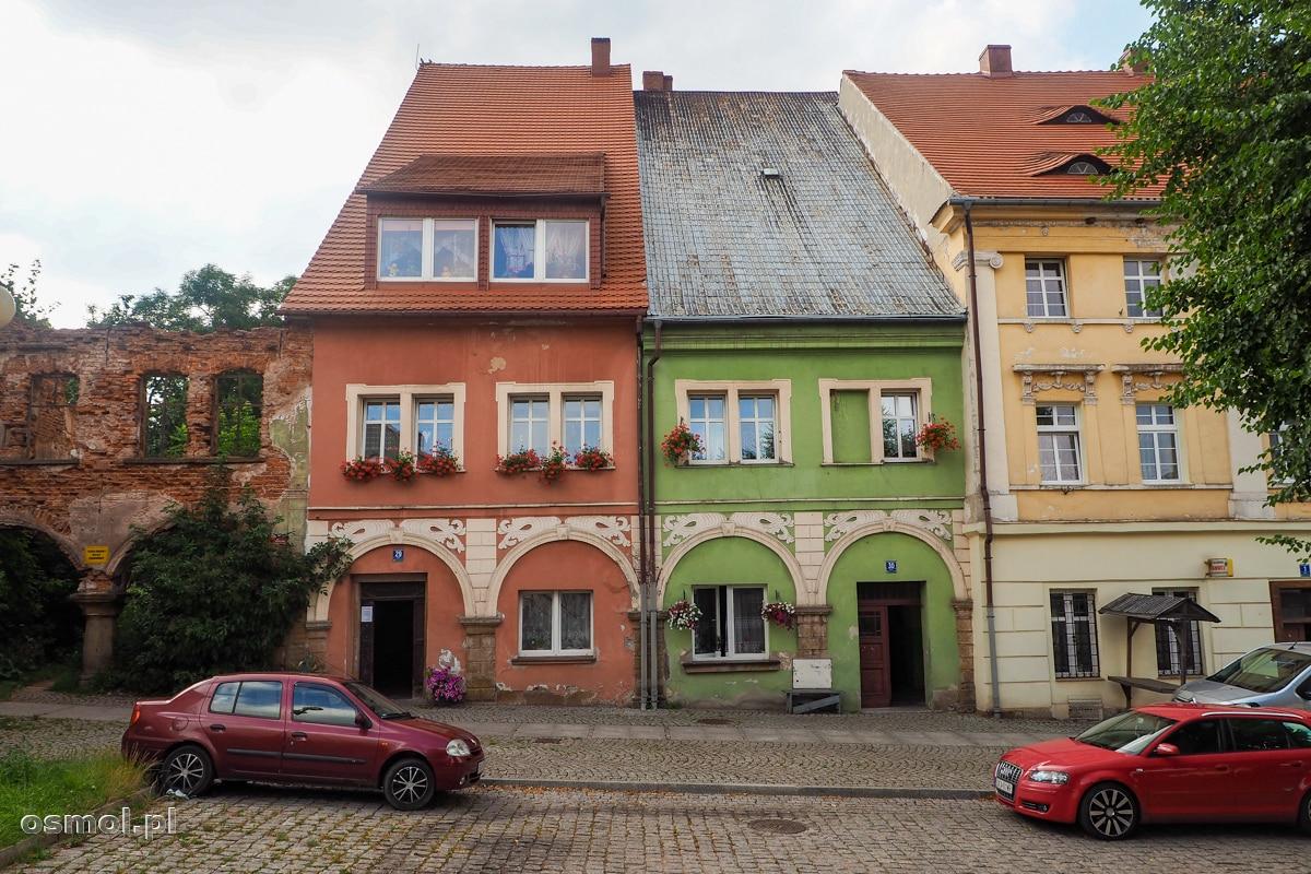 Kamieniczki na Rynku wiejskim w Chełmsku Śląskim. Po lewej ruiny kamienicy, która nie dotrwała do dzisiejszych czasów.