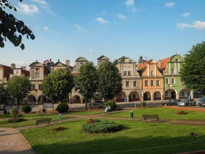 Chełmsko Śląskie - Rynek wiejski i zabytkowe kamieniczki oka