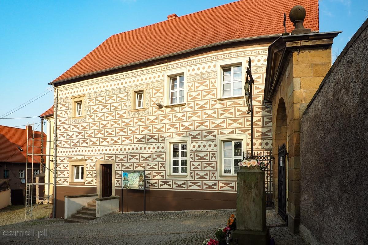 Pięknie odnowiony budynek dawnej szkoły parafialnej w Chełmsku Śląskim