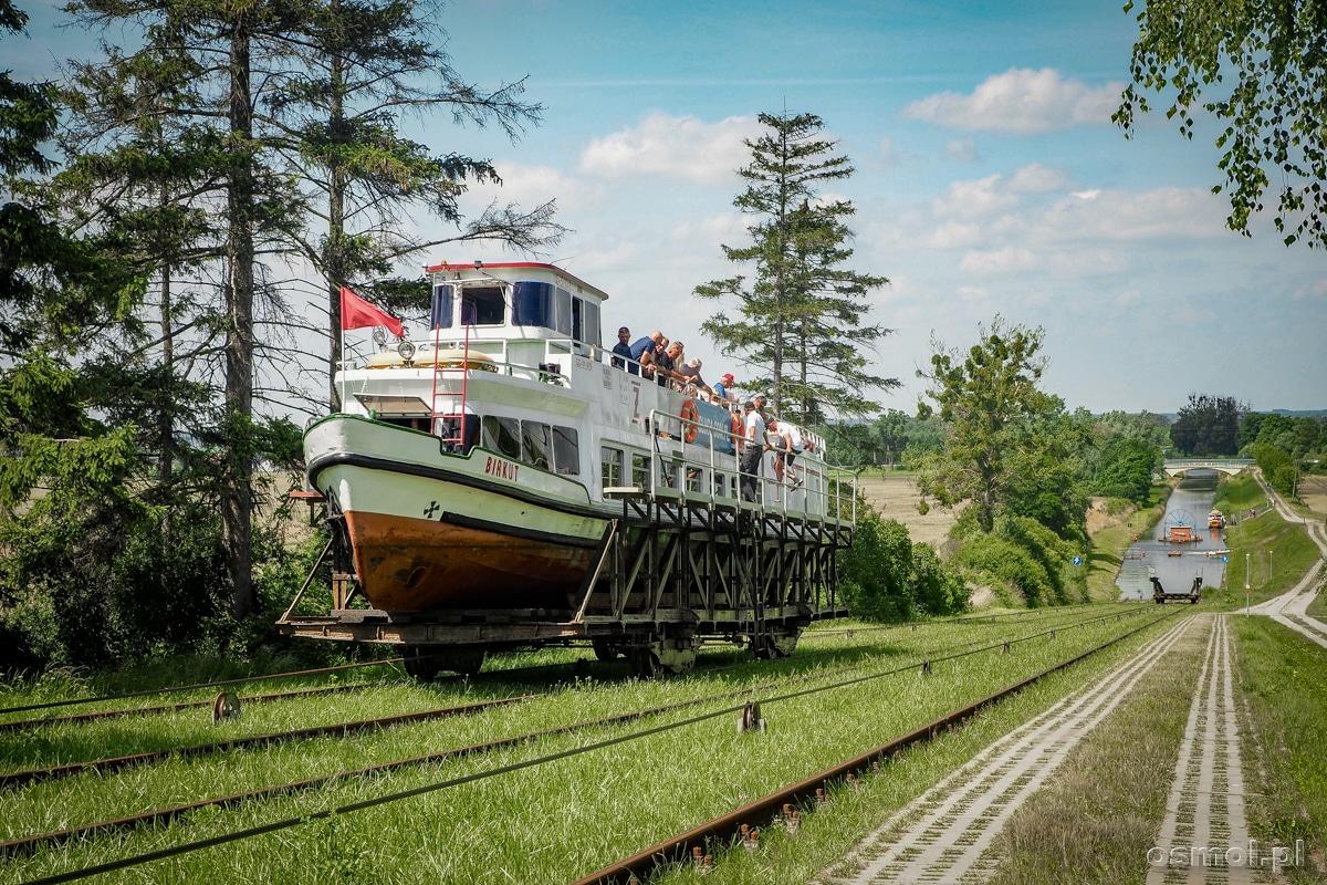 Kanał Elbląski - statek na wózku podczas rejsu statkiem po trawie na Kanale Elbląskim