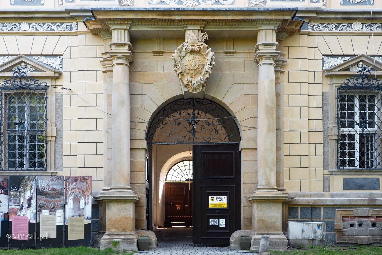 Główne wejście prowadzące dziś do klasztoru w Lubiążu.