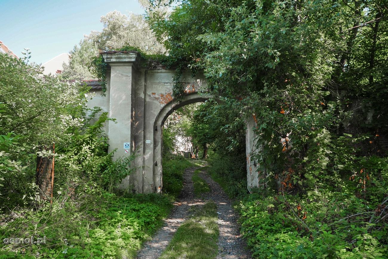 Boczna brama prowadząca na teren opactwa