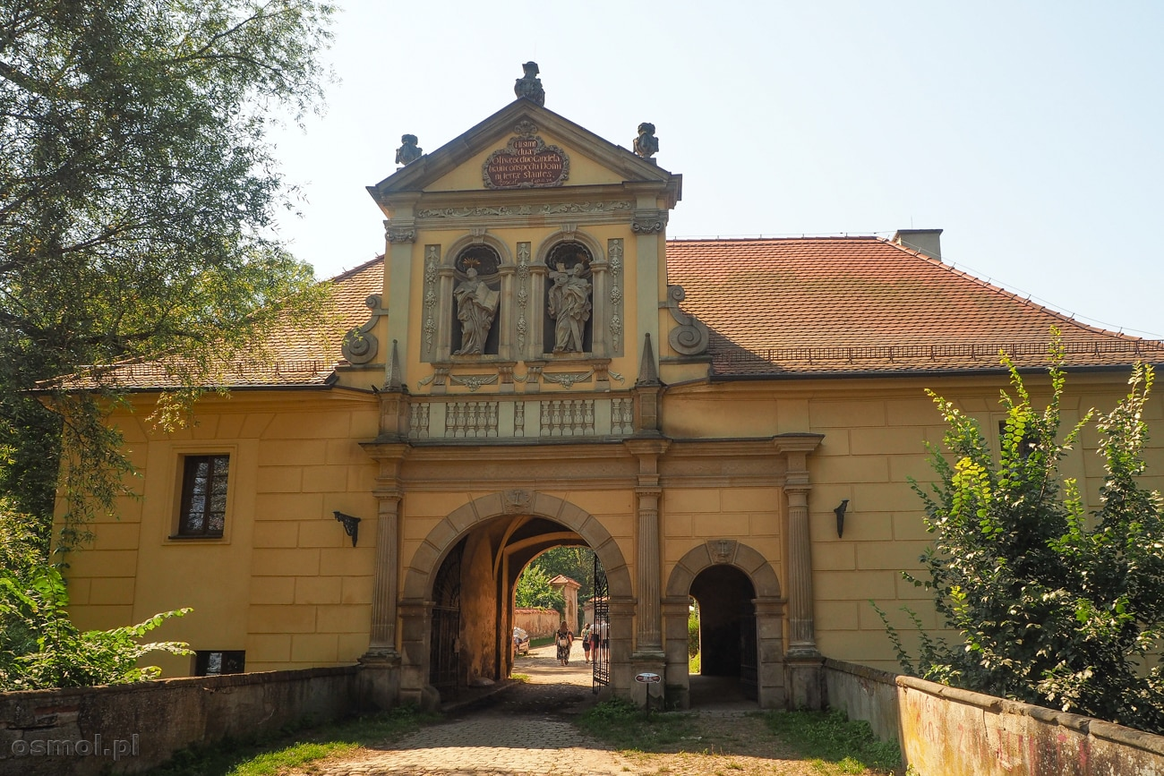 Budynek bramny prowadzący do opactwa cystersów w Lubiążu