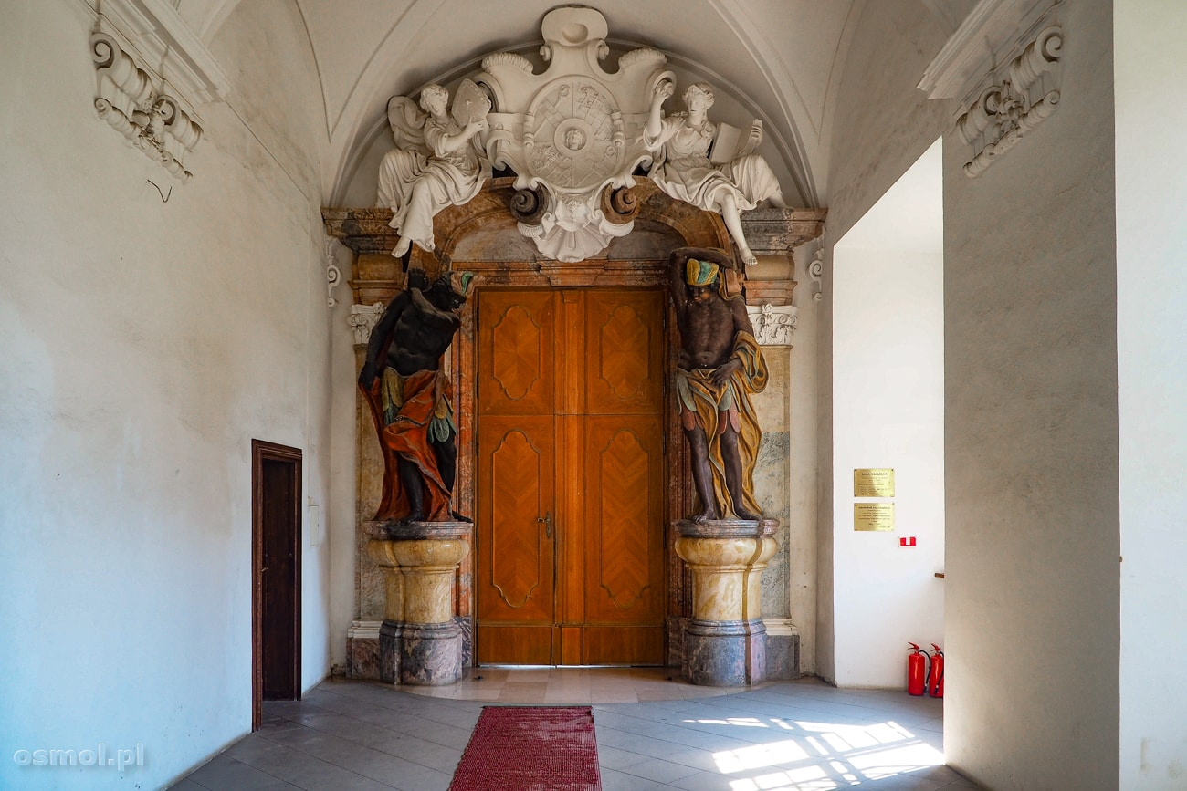 Drzwi do Sali Książęcej w klasztorze cystersów w Lubiążu strzegą Murzyn i Indianin