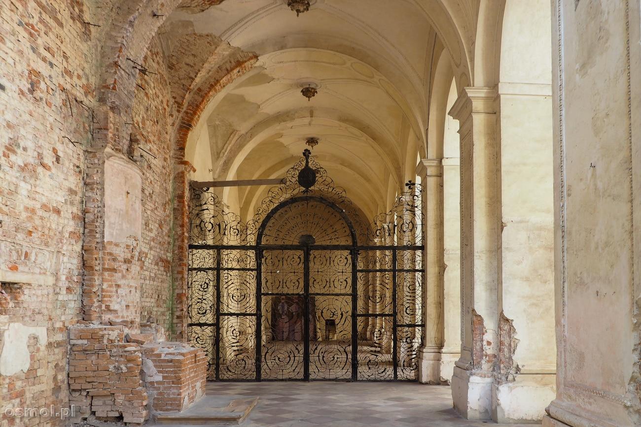 Zniszczony kościół w opactwie cystersów. Co ciekawe, rabunek i zniszczenia przetrwały metalowe kraty, niegdyś oddzielające część klauzurowa świątyni.