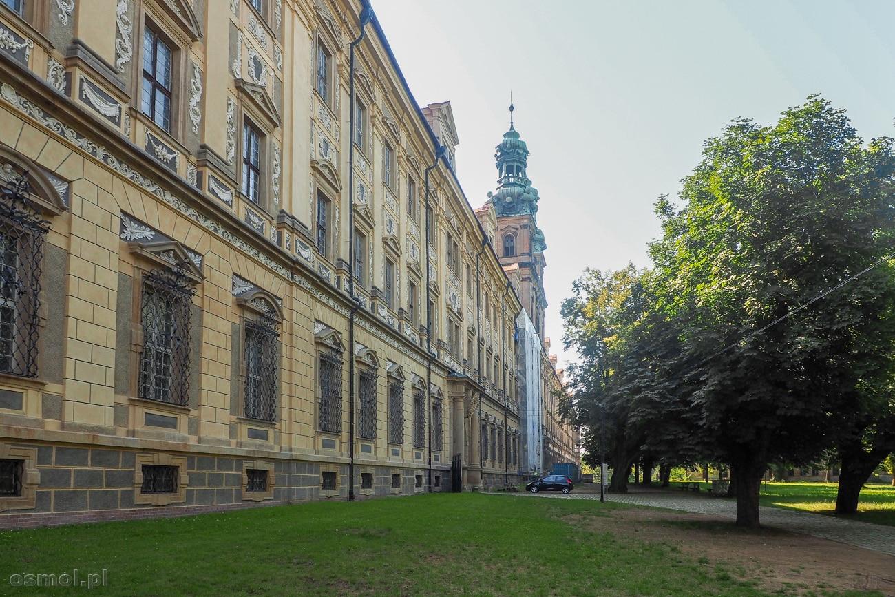 223 metrowa fasada klasztoru cystersów w Lubiążu