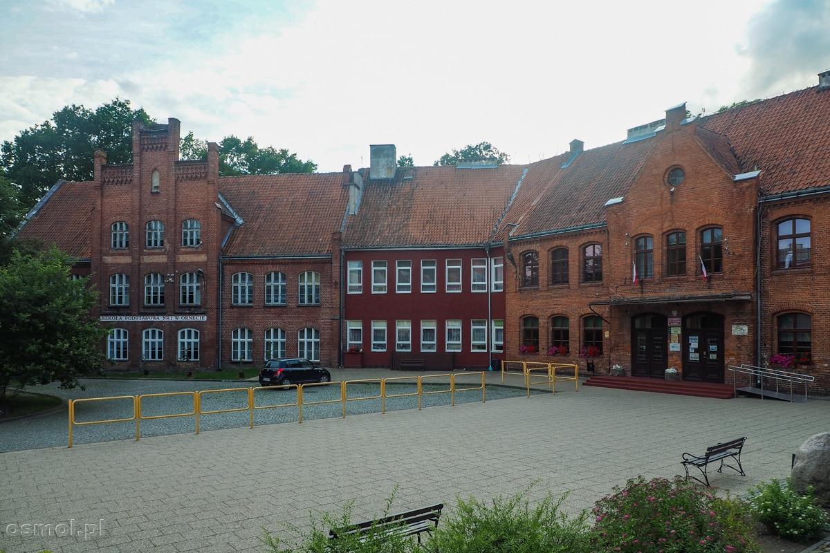 Szkoła w Ornecie mieści się na miejscu dawnego zamku biskupów warmińskich